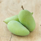 Mango verde su una tavola di legno fotografia stock