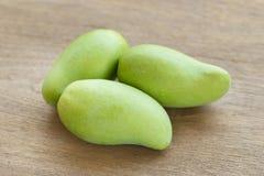 Mango verde su una tavola di legno fotografie stock