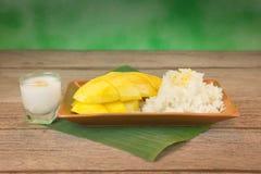 Mango y arroz pegajoso Foto de archivo
