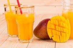 Mango y jugo Imagen de archivo libre de regalías