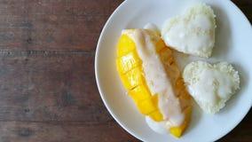 Mango z kierowymi kleistymi ryż i kokosowym mlekiem na stołowym drewnianym tle obraz stock