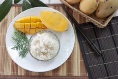 Mango z kleistymi ryż z kokosowym mlekiem zdjęcia stock