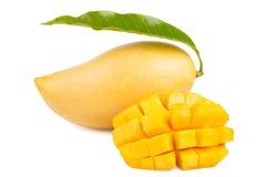 Mango z liściem i plasterek odizolowywający zdjęcia stock