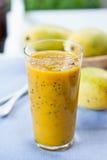 Mango z Pasyjnej owoc smoothie Zdjęcie Stock