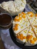 Mangocake en kokosnotencake Stock Afbeelding