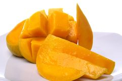 Mangofrüchte angeordnet auf Platte lizenzfreie stockfotos