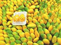 Mangofrüchte im Supermarkt Stockbilder