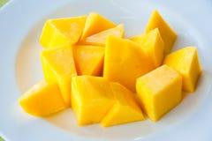 Mangofrucht auf weißem Teller: köstliche siamesische Frucht Stockbilder