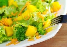 Mangofrucht-Brokkoli-Karotte Salat Stockbild