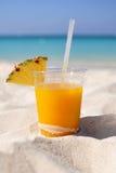Mangofrucht Daiquiri mit Ananas auf sandigem Strand Lizenzfreies Stockfoto