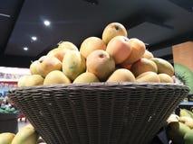 Mangofrucht, die im Nutzen für den Körper reich ist stockbild