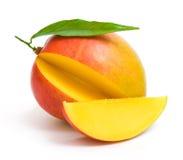 Mangofrucht mit einem Blatt und einer Scheibe Lizenzfreies Stockfoto
