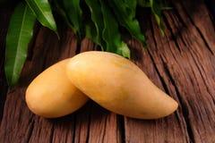 Mangofrucht und auf dem hölzernen Lizenzfreies Stockbild