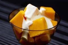 Mangofrucht und Sahne Lizenzfreies Stockfoto