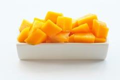 Mangofrucht-Würfel auf einem weißen Teller 01 lizenzfreies stockfoto