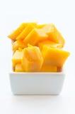 Mangofrucht-Würfel auf einem weißen Teller 02 stockfoto