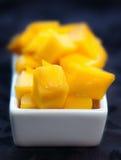 Mangofrucht-Würfel auf einem weißen Teller lizenzfreie stockfotografie