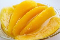 Mangofruchtscheibe im Sirup Stockfotografie