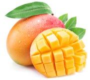Mangofrukt med bladet som isoleras på en vit bakgrund arkivbilder