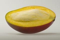 Mangofrukt med kärnan som är halv Royaltyfri Bild