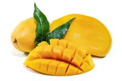 Mangofrukt som isoleras på vit bakgrund arkivfoto