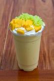 Mangofruktsaft överträffas med klibbiga ris för mango Royaltyfria Bilder