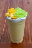 Mangofruktsaft överträffas med klibbiga ris för mango Royaltyfri Foto