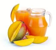 Mangofruktsaft och frukt royaltyfria foton