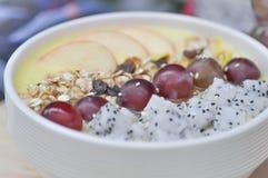 Mangojoghurt mit Drachefrucht und -traube Lizenzfreie Stockbilder