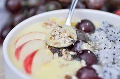Mangojoghurt mit Drachefrucht und -traube Lizenzfreie Stockfotos