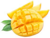 Mangokuber och mangoskivor kvast isolerad white royaltyfria bilder