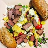 Mangonötkött och sallad för getost Arkivfoton