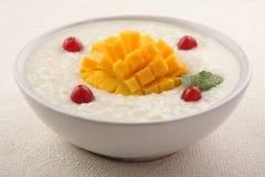 Mangorijstebrij voor ontbijt wordt gediend dat Royalty-vrije Stock Fotografie