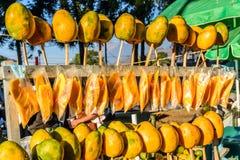 Mangos amarillos maduros en parada de calle foto de archivo