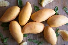 Mangos, Früchte auf Holzoberfläche stockfotos