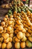 Mangos am Obstmarkt lizenzfreie stockfotografie