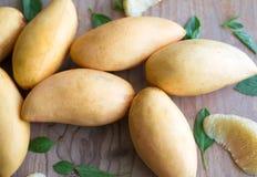 Mangos, thailändische Früchte auf Holzoberfläche stockfotos