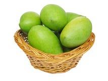 Mangos verdes en una cesta Foto de archivo libre de regalías