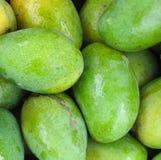 Mangos verdes frescos -- Primer Imágenes de archivo libres de regalías