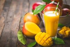 Mangosaft im Glas stockfotografie