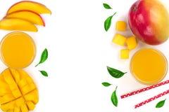 Mangosaft und -frucht lokalisiert auf weißem Hintergrund mit Kopienraum für Ihren Text Beschneidungspfad eingeschlossen Flache La Lizenzfreie Stockbilder