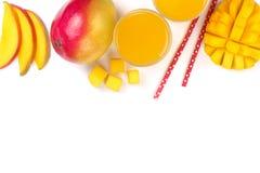 Mangosaft und -frucht lokalisiert auf weißem Hintergrund mit Kopienraum für Ihren Text Beschneidungspfad eingeschlossen Flache La Stockbilder