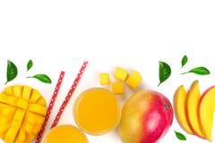 Mangosaft und -frucht lokalisiert auf weißem Hintergrund mit Kopienraum für Ihren Text Beschneidungspfad eingeschlossen Flache La Stockbild