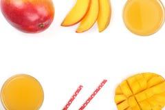 Mangosaft und -frucht lokalisiert auf weißem Hintergrund mit Kopienraum für Ihren Text Beschneidungspfad eingeschlossen Flache La Lizenzfreies Stockfoto