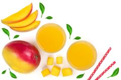 Mangosaft und -frucht lokalisiert auf weißem Hintergrund mit Kopienraum für Ihren Text Beschneidungspfad eingeschlossen Flache La Stockfotos