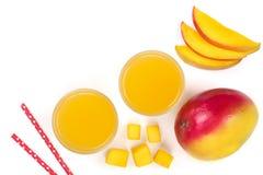 Mangosaft und -frucht lokalisiert auf weißem Hintergrund mit Kopienraum für Ihren Text Beschneidungspfad eingeschlossen Flache La Lizenzfreies Stockbild