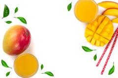 Mangosaft und -frucht lokalisiert auf weißem Hintergrund mit Kopienraum für Ihren Text Beschneidungspfad eingeschlossen Flache La Lizenzfreie Stockfotografie