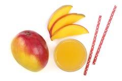 Mangosaft und -frucht lokalisiert auf weißer Hintergrundnahaufnahme Beschneidungspfad eingeschlossen Flache Lage Lizenzfreie Stockbilder
