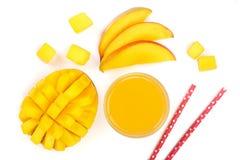 Mangosaft und -frucht lokalisiert auf weißer Hintergrundnahaufnahme Beschneidungspfad eingeschlossen Flache Lage Stockfotos