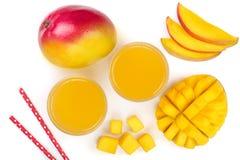 Mangosaft und -frucht lokalisiert auf weißer Hintergrundnahaufnahme Beschneidungspfad eingeschlossen Flache Lage Stockbild